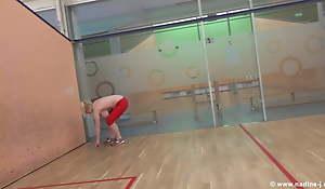 Maedel mit ordentlichem Vorbau beim squash spielen